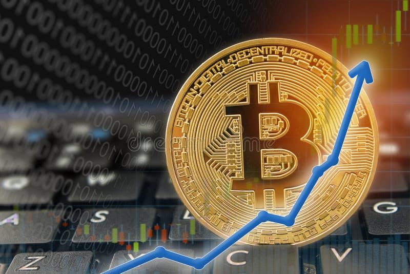 Rekordnivåer för pris för pil för Bitcoin valutaresning på tangentborddatoren med guld- bitcoin och andra valutor arkivbild