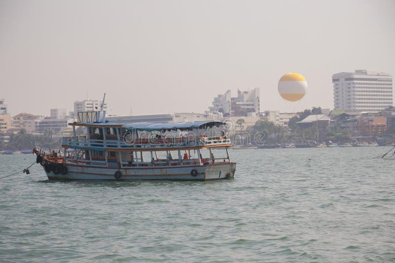 Download Rekreacyjna łódź w Pattaya zdjęcie stock. Obraz złożonej z zwrotniki - 53791756