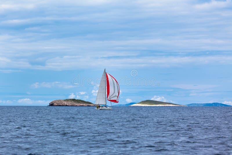 Rekreacyjni jachty przy Adriatyckim morzem w złej pogodzie zdjęcie stock