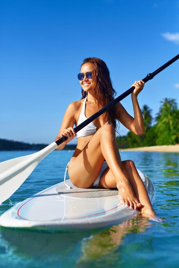 Rekreacyjni sporty Kobieta Stoi Up Paddle abordaż (surfing) obrazy royalty free