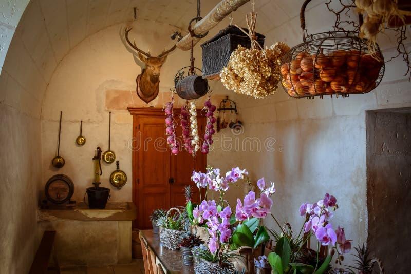 Rekreation av det gamla köket av slotten Äta tabellen, naturprodukter, alla som presideras av ett hjorthuvud som jagar trofén royaltyfria bilder
