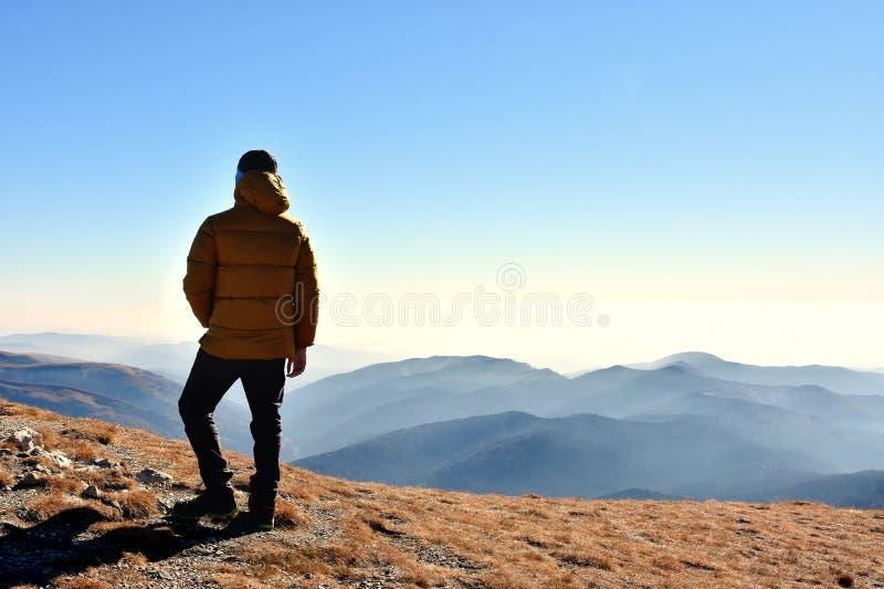 Rekreation i nationalparken Bucegi av Carpathians berg, Rumänien royaltyfria bilder