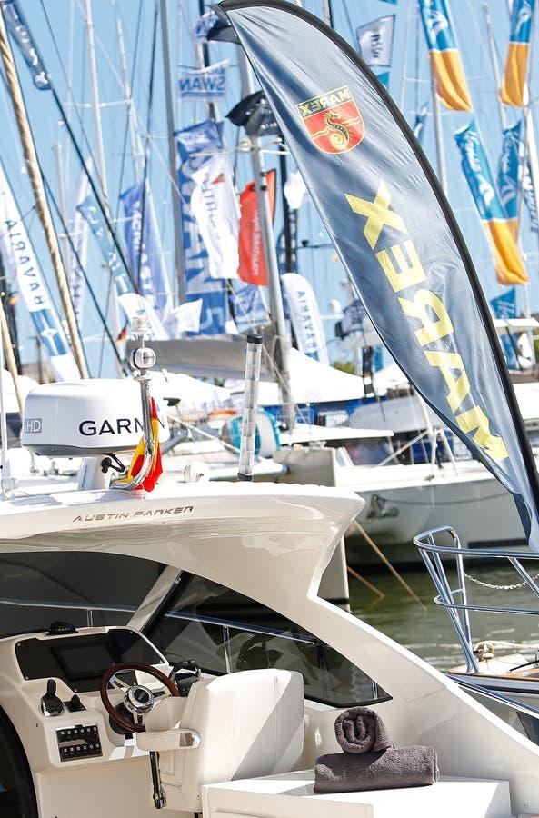 Rekreation och lyxiga segla skepp och yachter i palmahamnstad under den 50th Boatshow mässan på den Palma de Mallorca hamnstadver royaltyfri fotografi