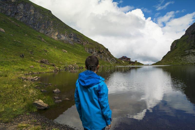 Rekreation på kusten av Wildsee sjön, Österrike fotografering för bildbyråer