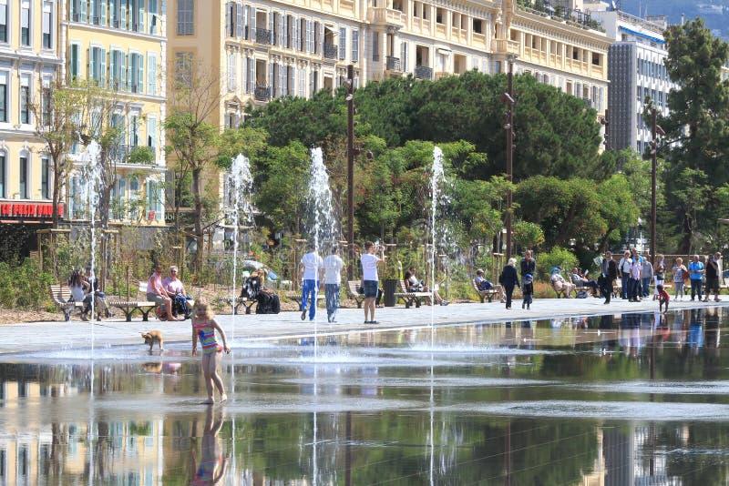 Rekreation på promenad du Paillon, Nice, Frankrike royaltyfri bild