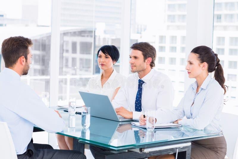 Rekryterare som kontrollerar kandidaten under jobbintervju arkivfoton