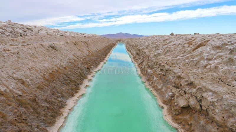 Rektangulär pöl med turkosvatten för extraktion och produktion av salt royaltyfria foton