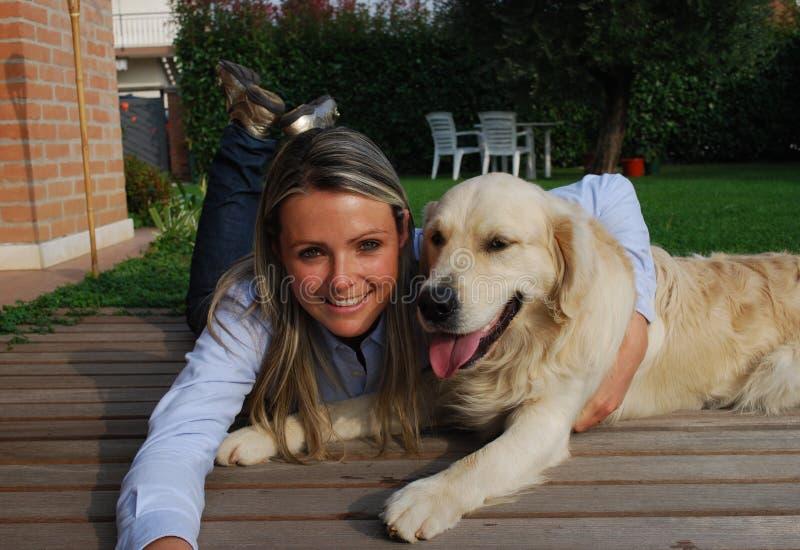Relájese con mi perro imagen de archivo libre de regalías