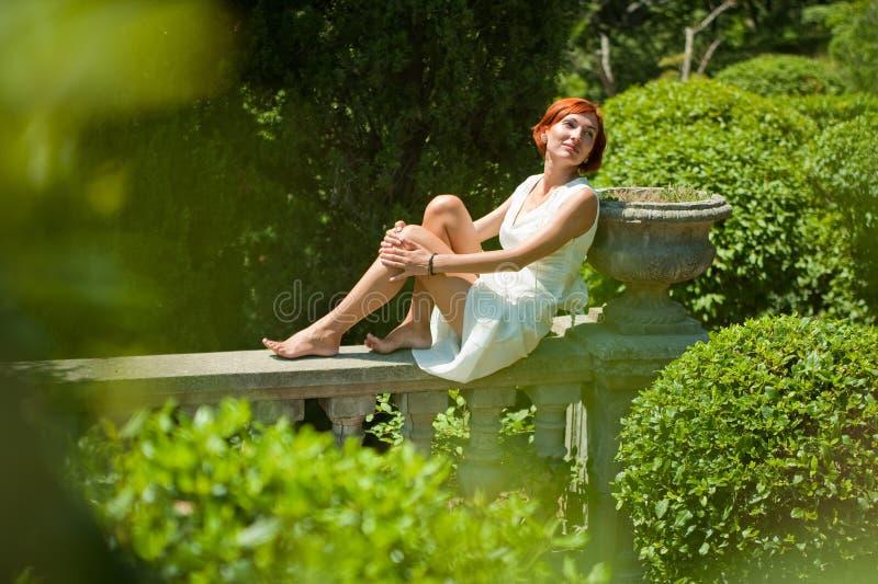 Relájese en el jardín fotos de archivo