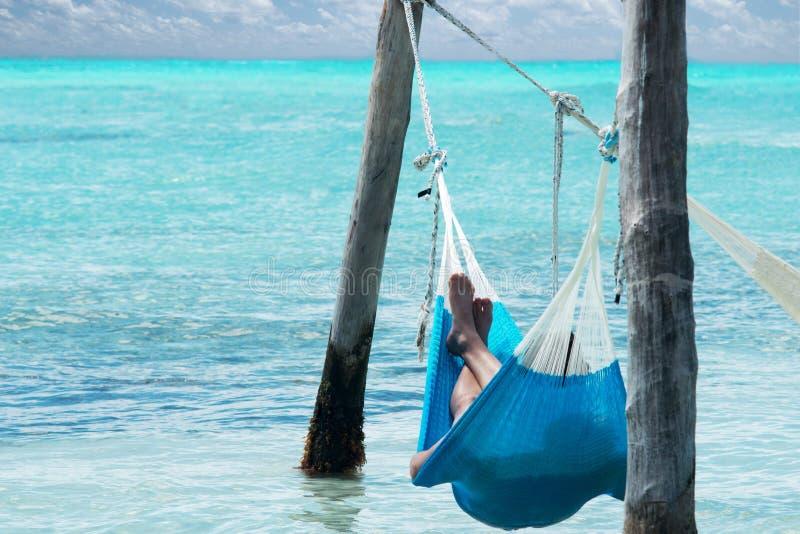 Relájese en la playa en hamaca fotografía de archivo
