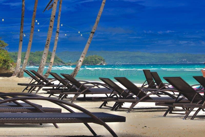 Relájese, enfríese en la playa blanca de la arena fotografía de archivo libre de regalías