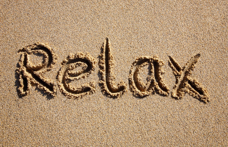 Relájese, escrito en una playa. imagen de archivo libre de regalías