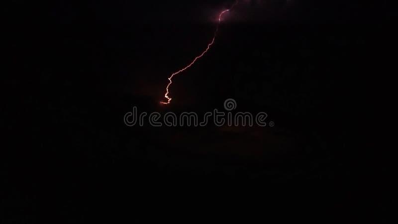Relámpago brillante en la noche en el cielo imagenes de archivo