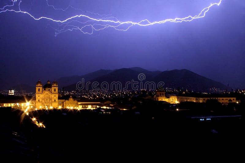 Relámpago sobre el cuadrado principal de Cuzco en la noche imágenes de archivo libres de regalías
