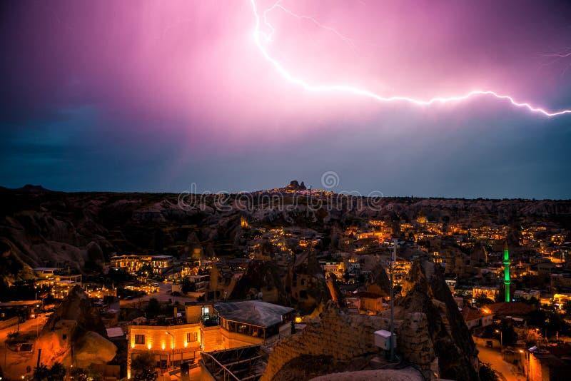 Relámpago sobre la ciudad de Goreme en Cappadocia en Turquía Cielo nocturno dramático, tormenta imagenes de archivo