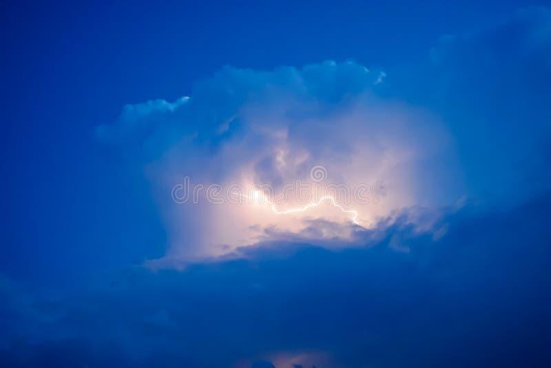 Relámpagos en nubes de tormenta Repiques de un trueno y de los relámpagos chispeantes en nubes fotos de archivo