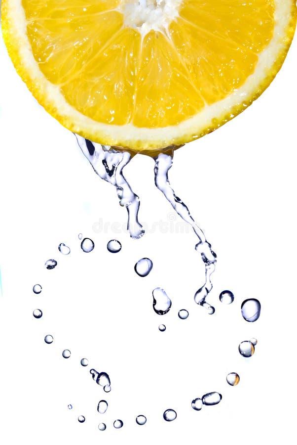 relâche le blanc de l'eau de citron d'isolement par coeur photographie stock