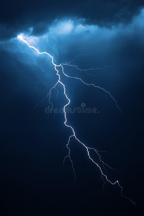Relâmpago com cloudscape dramático foto de stock