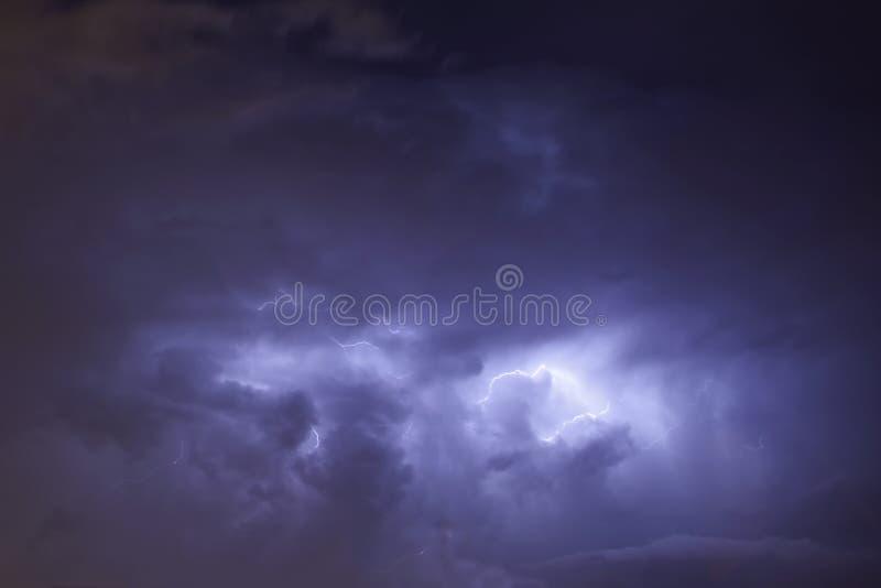 Relâmpago em nuvens de tempestade escuras imagem de stock royalty free