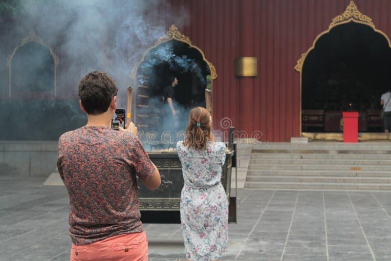 Relâmpago que o incenso cola no templo da Lama, Pequim foto de stock royalty free