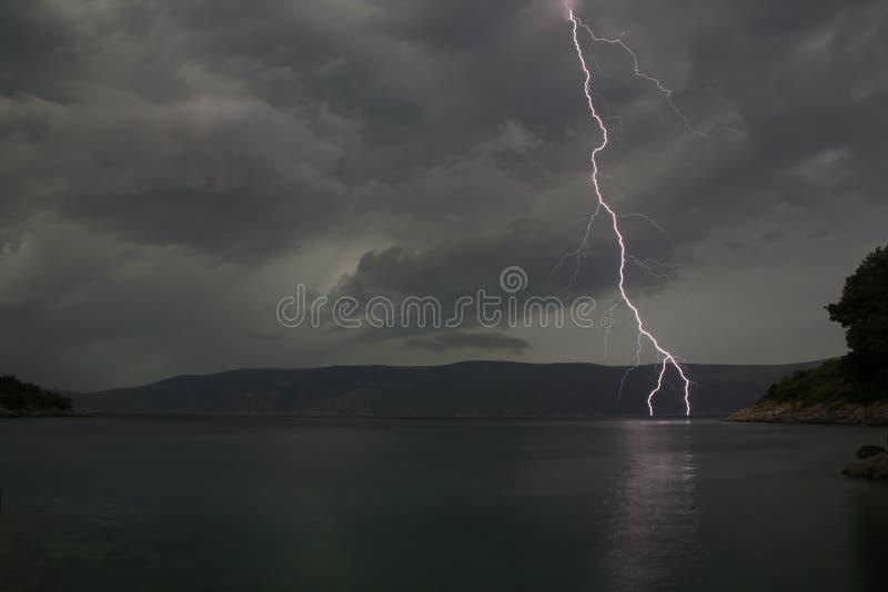 Relâmpago/Thunderbolt da noite imagem de stock