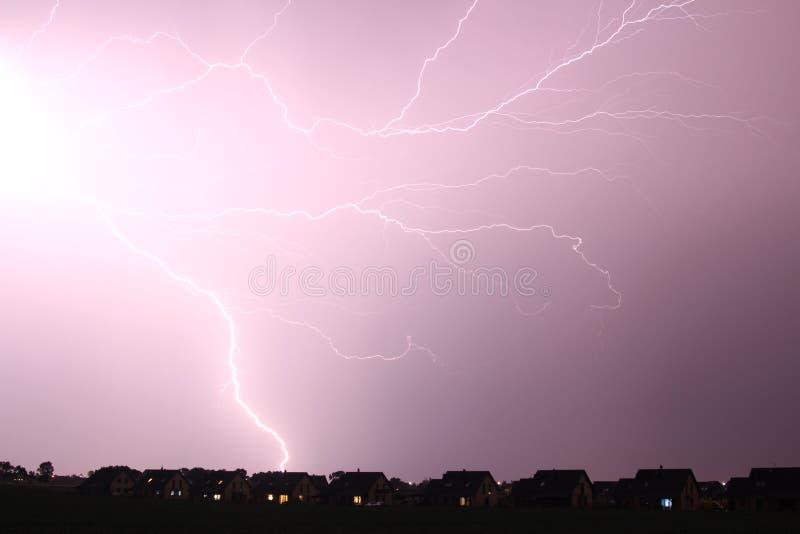 Relâmpagos durante uma tempestade de primavera fotografia de stock royalty free