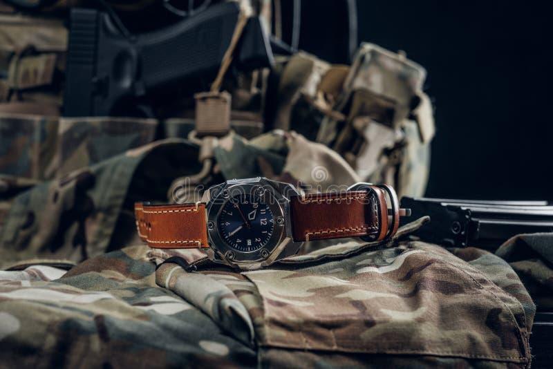 Relógio agradável com o uniforme militar na tabela fotos de stock royalty free