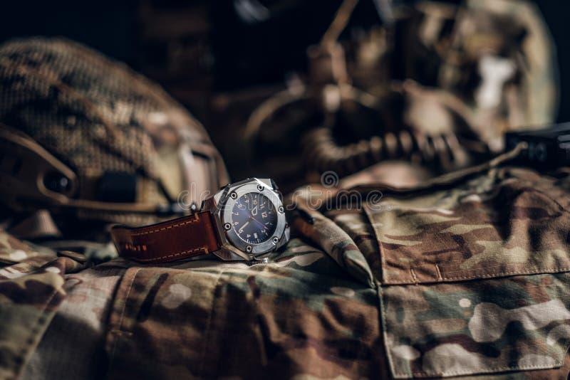 Relógio agradável com o uniforme militar na tabela fotografia de stock royalty free