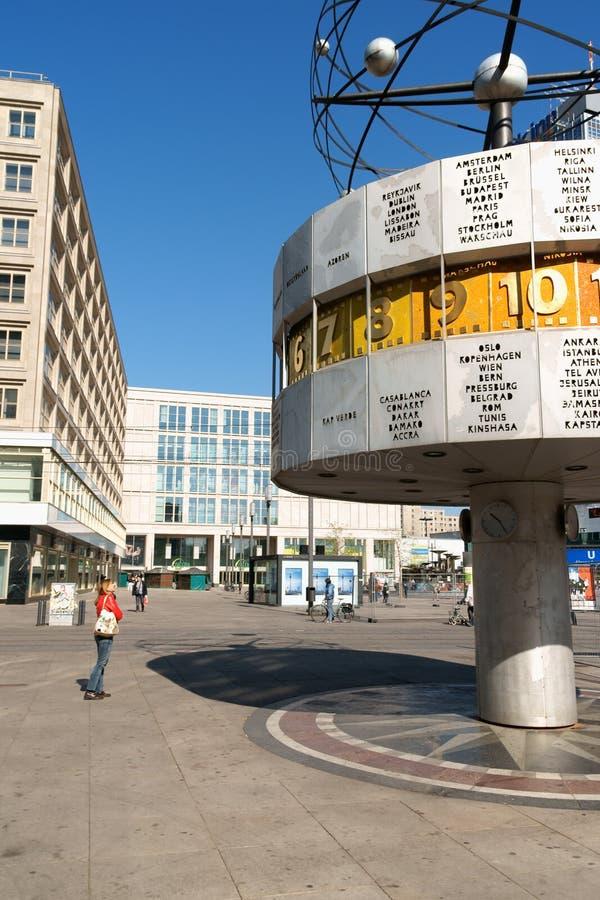 Relógio atómico em Alexander Platz, Berlim imagens de stock
