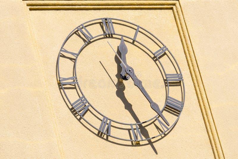 Relógio clássico na torre de uma construção, Califórnia imagem de stock royalty free
