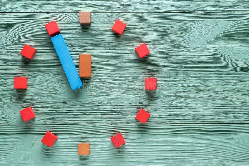 Relógio colorido de cubos de madeira, de cinco a doze minutos fotografia de stock royalty free