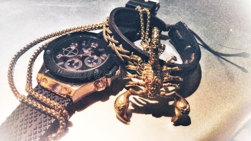 Relógio com ouro foto de stock royalty free