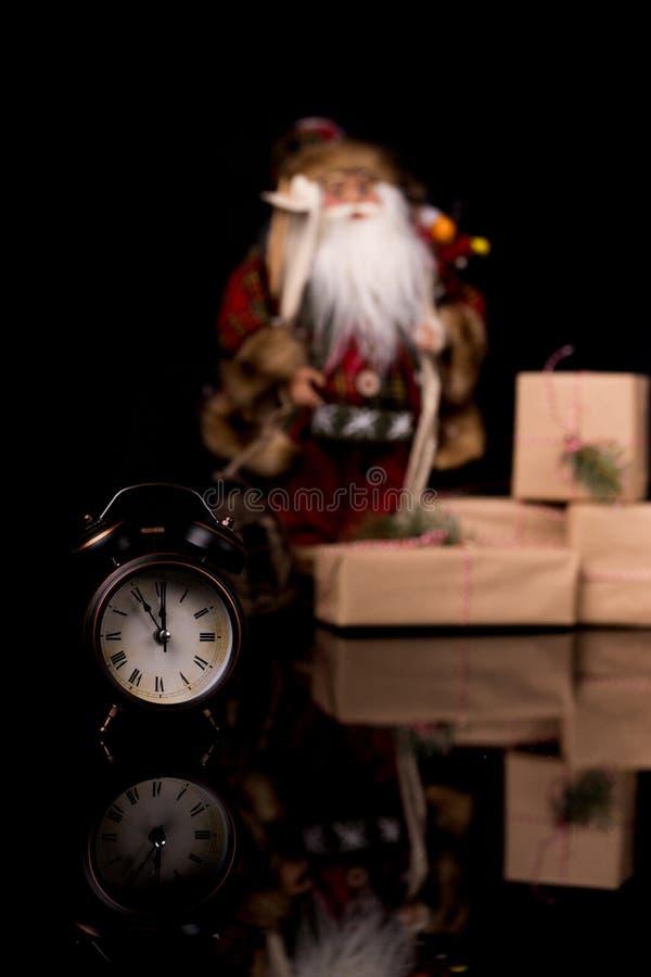 Relógio de Ano Novo, decorado com Santa Cláusula, caixa de presentes e decoração de fundo imagem de stock royalty free