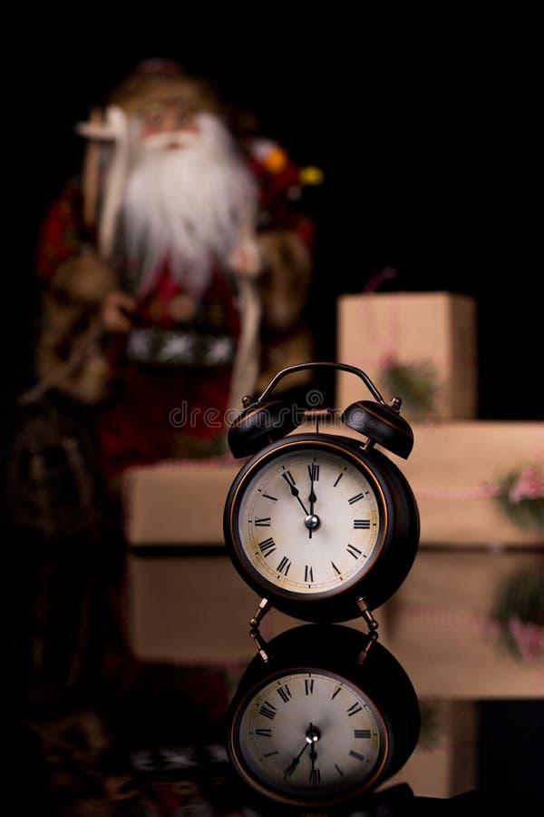 Relógio de Ano Novo, decorado com Santa Cláusula, caixa de presentes e decoração de Natal imagens de stock
