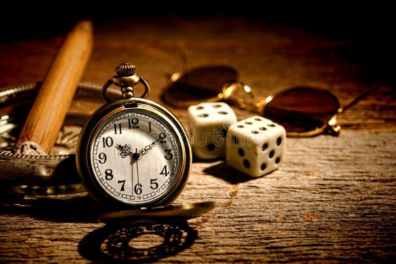 Relógio de bolso antigo e jogador idoso Craps Dice fotos de stock royalty free