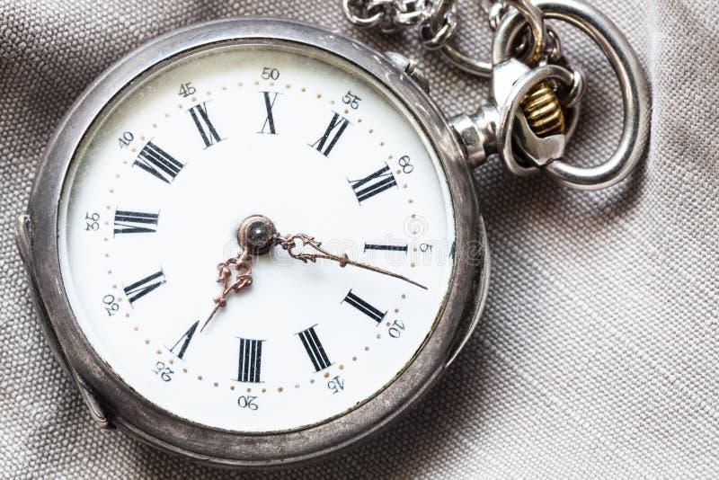 relógio de bolso antigo no fundo de matéria têxtil imagem de stock royalty free