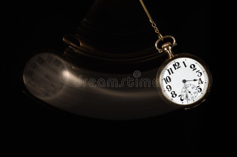 Relógio de bolso de balanço que acena o para olhar mais proximamente foto de stock