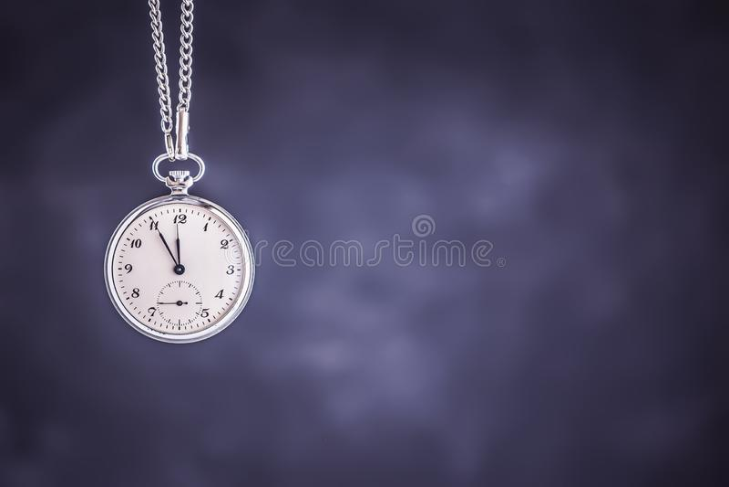 Relógio de bolso como o tempo que passa o conceito Fim do prazo, correndo fora do tempo e da urgência imagem de stock