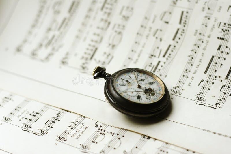 Relógio de bolso de Antque em folhas de música fotos de stock