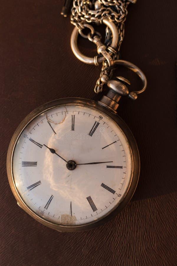 Relógio de bolso do vintage na luz solar Pulso de disparo retro Jóia antiga Fundo do tempo imagens de stock royalty free