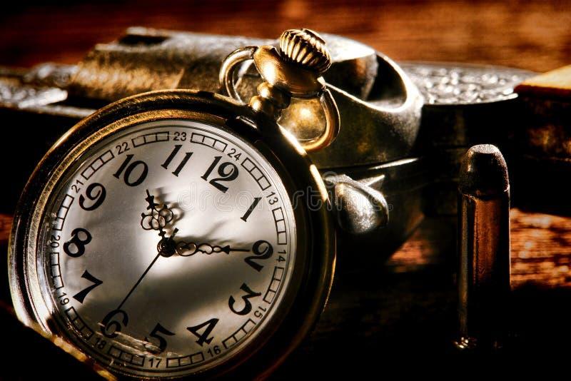 Relógio de bolso e arma antigos ocidentais americanos do fora da lei foto de stock