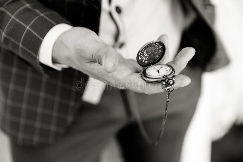 Relógio de bolso na mão de um homem imagens de stock royalty free