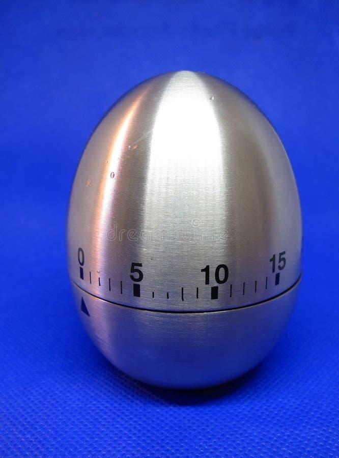 Relógio de ovos em estúdio azul na minha casa imagens de stock