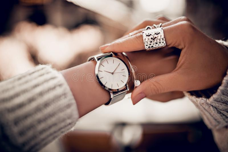 Relógio de prata na mão da mulher foto de stock royalty free