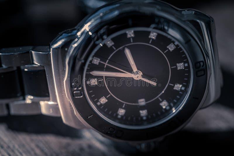 Relógio de pulso clássico na madeira fotografia de stock