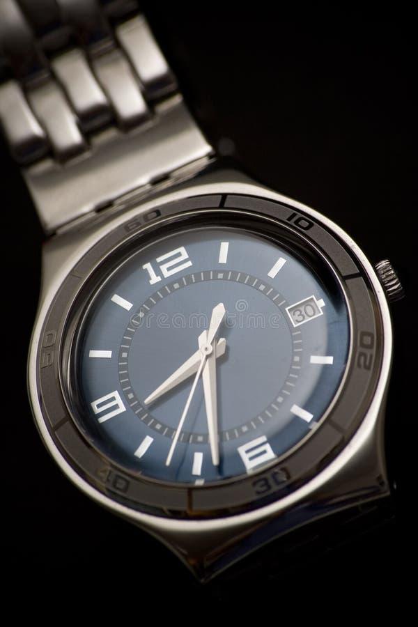 Relógio de pulso clássico no fundo preto imagem de stock