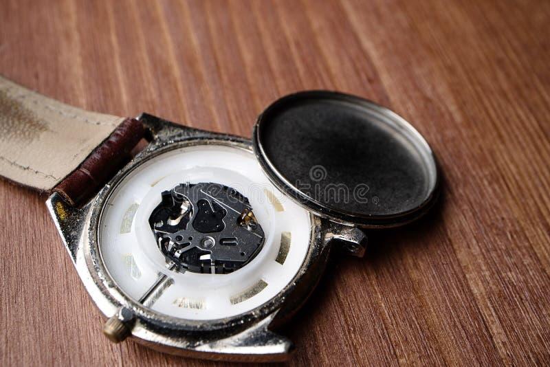 Relógio de pulso desmontado quebrado golpeado gasto velho fotografia de stock royalty free