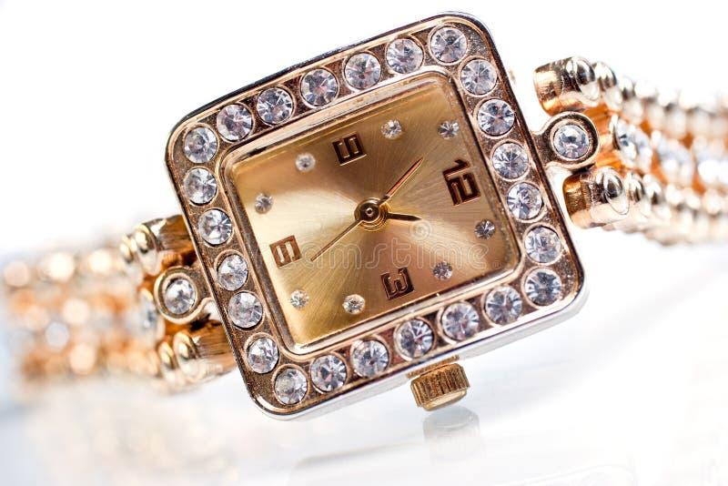 Relógio de pulso dourado com gemas foto de stock