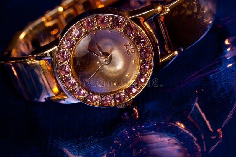 Relógio de pulso dourado com gemas fotos de stock royalty free