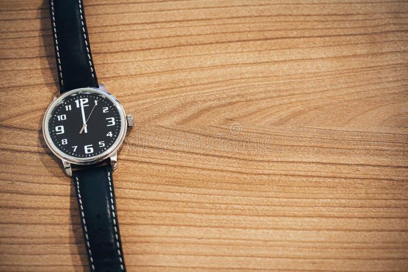 Relógio de pulso no tempo do meio-dia imagem de stock